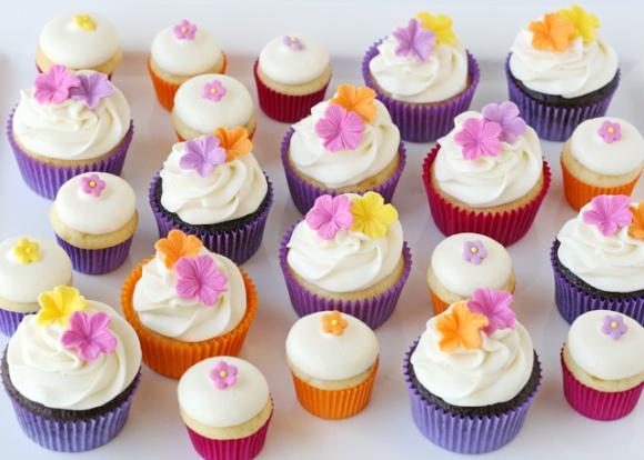 Fondant-flowers-on-cupcakes
